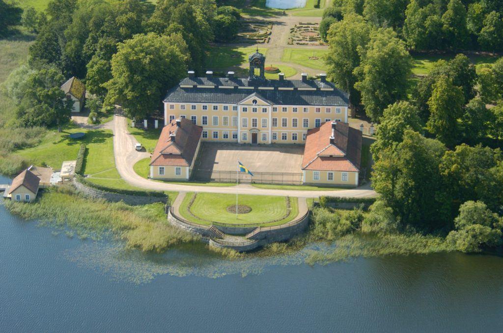 Flygfoto Sturefors Slott i sommarlandskap