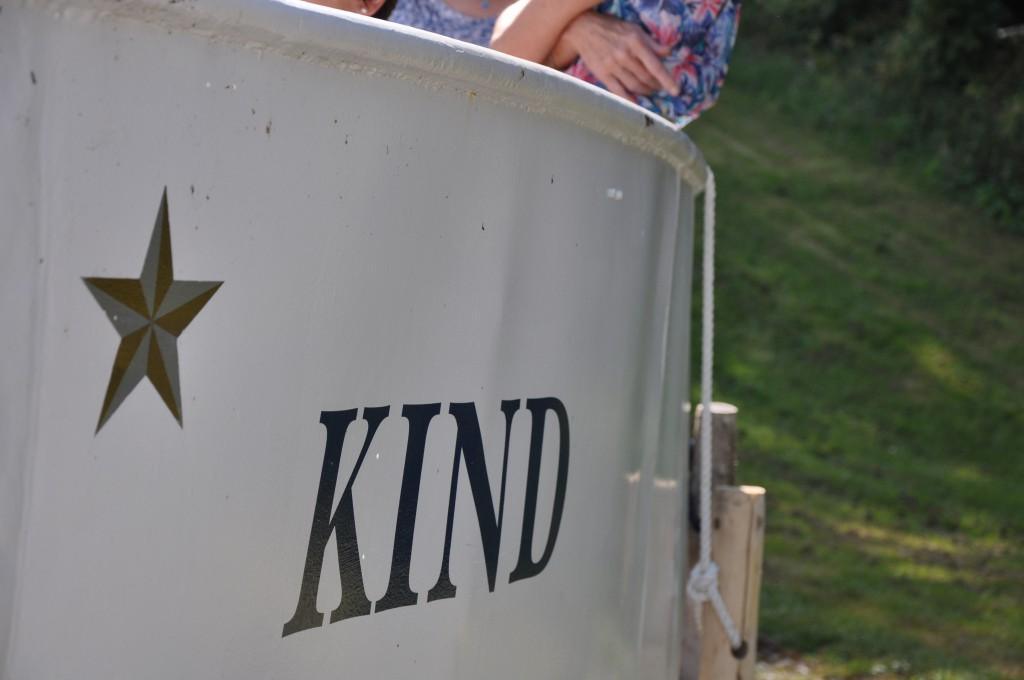 Foto av sidan på M/S Kinds skrov med rederiets logotyp.