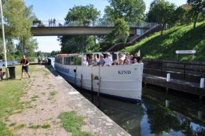 M/S Kind glider fram längs Kinda Kanal en solig sommardag
