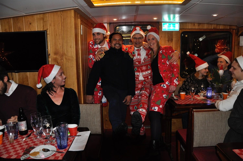 Grupp spexar på julbord ombord på M/S Kind